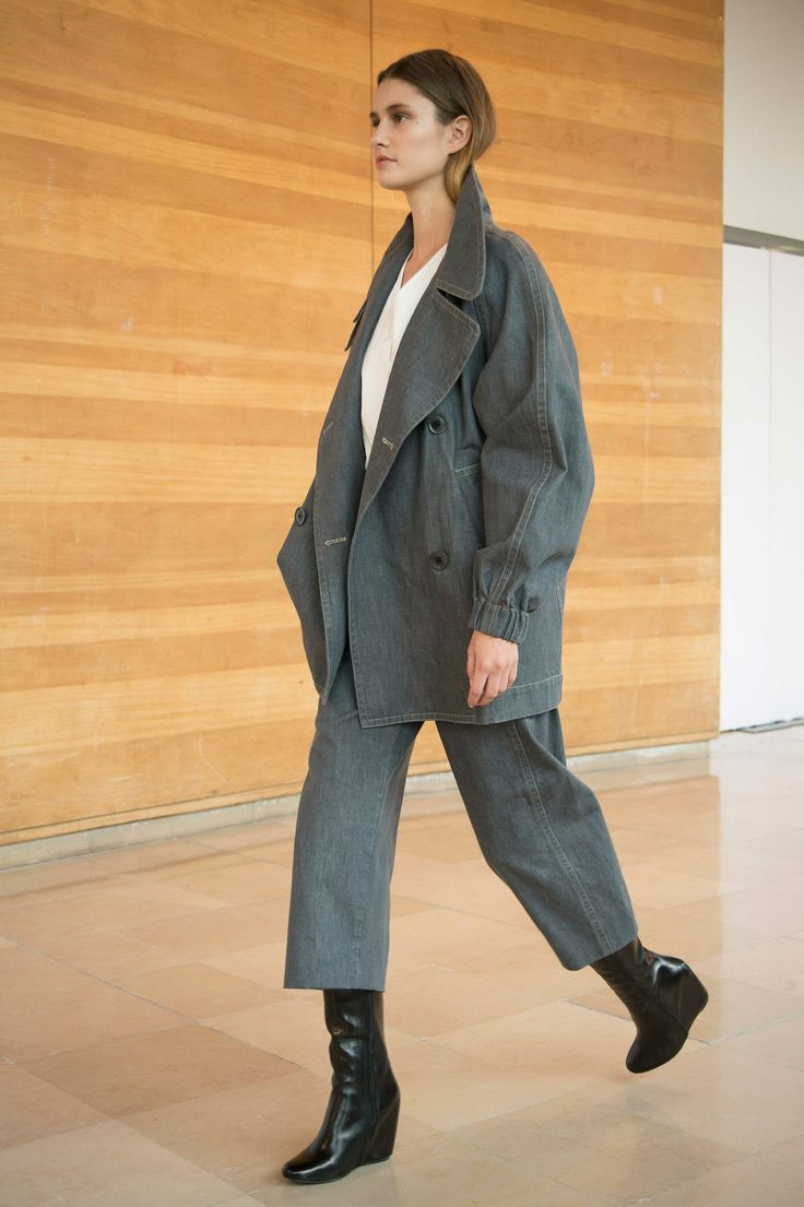 16. Caban in cotton denim / V-neck shirt in cotton poplin / 3/4 pants in cotton denim / Boots in calf leather