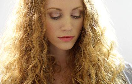 Te damos los mejores consejos para cuidar el cabello rizado y que luzcas unos rizos definidos y un pelo sano y sedoso.