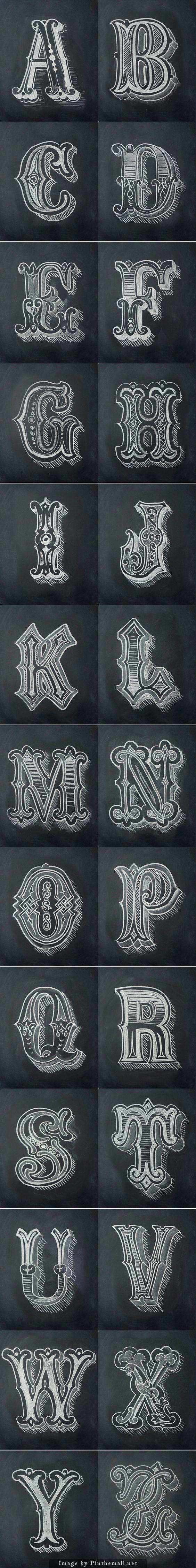 capitulares adornadas; formas e estilos diferentes na mesma letra; formas arredondadas e relacionadas a vegtais: