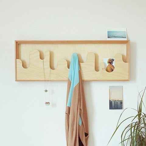 Деревянная настенная панель устроена по принципу кармана. Ее холмистые контуры выступают не только как декоративный элемент, но и заменяют крючки для одежды, украшений и других мелочей. Компактная по своей сути вешалка отступает от стены не больше, чем обычная картина, и идеально подходит для узких прихожих или маленьких комнат.
