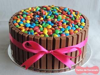 Tarta de chocolate y frambuesa con emanems y kitkat