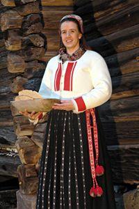 Till 1800-talets kvinnodräkter hörde en tröja av pälsskinn för vinterbruk. Delsbogården, Hälsingland.