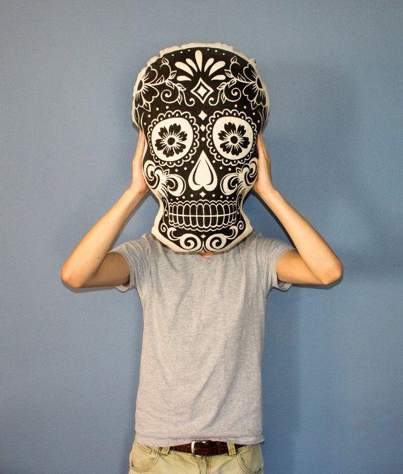 Sucre crâne oreiller oreiller de crâne de peluche par TheWatsonShop