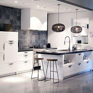 Klassieke eiland keuken van het merk Schüller in de kleur Kristalwit, satijn. De keuken beschikt over een werkblad van natuursteen. Compleet met luxe inbouwapparatuur van ATAG en SMEG:  Afzuigkap 6 pits gasfornuis met oven Vaatwasser Koelkast  Deze keuken is leverbaar voor € 18.999,- incl. btw.