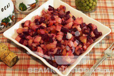 Салат из запечённых овощей http://www.great-cook.ru/1019-salat-iz-zapechennyh-ovoschey.html  Салат из запечённых овощей — это простое и вкусное блюдо! Запекать овощи можно как в фольге, так и в рукаве. Или даже просто на противне, как в данном рецепте картофель. Однако, если вы решите готовить свёклу и морковь тоже без фольги/рукава, то следите за тем, чтобы они не подгорели.  Заправка салата может быть разной — сметанной или масляной. Обратите внимание на то, что второй вариант получится…