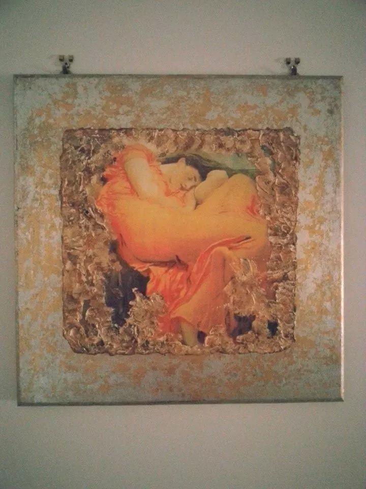 Quadro in legno con foglia oro e mattonella con decorazione in finto affresco..