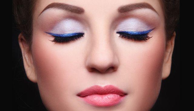 Zaszalej z kolorem. Niebieską kreskę polecamy do zielonej tęczówki. #makeup #blue #party