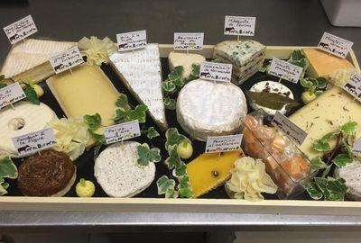 PARIS 17 : Plateau de fromage chez Martine Dubois 5 fromages à ne pas rater: Le coulommiers aux noix, le brie de Melun puissant et crémeux, le pont-l'évêque, le vieux comté millésimé, le Pecorino aux truffes.   80 rue de Tocqueville, XVIIe