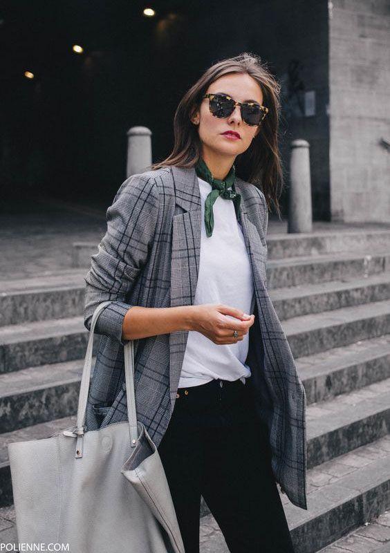 Blazer cinza xadrez: como aproveitar essa tendência em infinitos looks. T-shirt branca, calça perto, lenço no pescoço