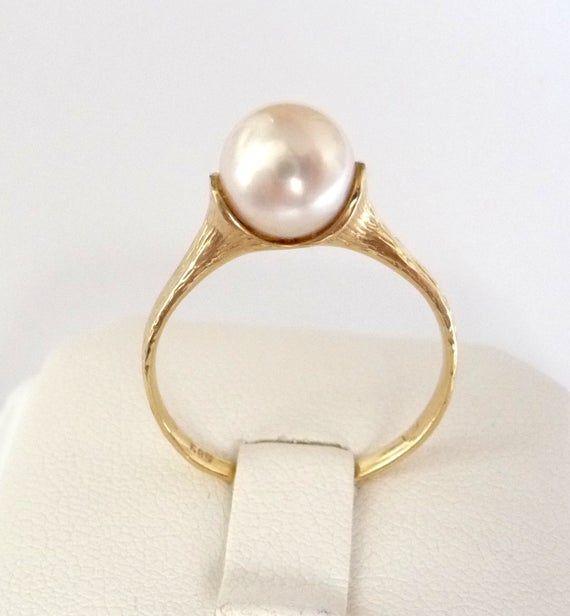 Anillo de compromiso de perlas anillo de perlas doradas anillo de compromiso clásico anillo de compromiso con perla redonda blanca lisa de 7,5 mm   – Pearl Possibilities