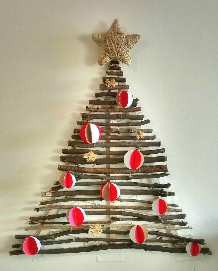 Original arbol de navidad rústico (ramas secas caídas de algun árbol - estrella en fique - bolas de papel)
