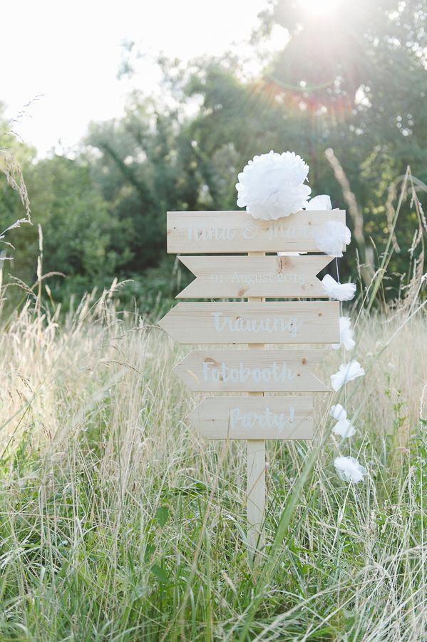 Baut Euren eigenen Hochzeitswegweiser mit diesem Schilderset aus Holz! Das Set beinhaltet fünf blanko Schilder aus hellem Kiefernholz in unterschiedlichen Formaten. Sie lassen sich nachBelieben beschriften oder lackieren. Die maximale Länge beträgt 50cm, die Höhe 11cm. Nach dem Beschriften schraubt Ihr sie einfach auf eine Dachlatte (nicht im Lieferumfang enthalten, gibts aber in jedem Baumarkt) …