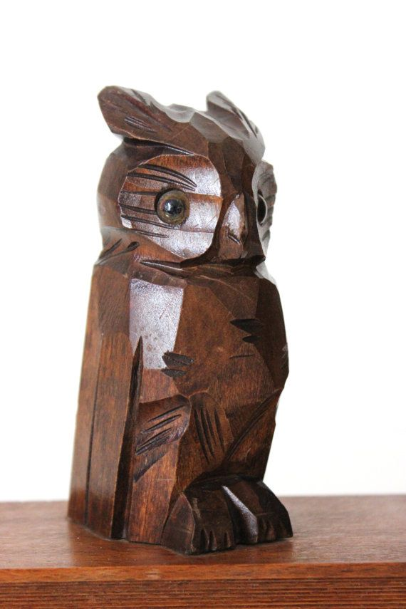 Eine wunderbare Art und Weise Bücher zusammenzuhalten. Und ein toller Eyecatcher im Bücherregal zugleich. Die Stützen sind komplett aus Holz, nur die Eulenaugen sind aus Glas.  Zum Schutz des Untergrunds ist der Boden mit rotem Filz bezogen.  Guter Vintagezustand mit altersbedingten Gebrauchsspuren.  Maße: Höhe: ca. 14 cm | 5.51 Breite: ca. 14,5 cm | 5.70 Tiefe: ca. 7 cm | 2.75  Gewicht: 786 gr  Der Versand erfolgt aus Deutschland! Kombiversand möglich. Bitte Endporto anfragen. Die Ware…
