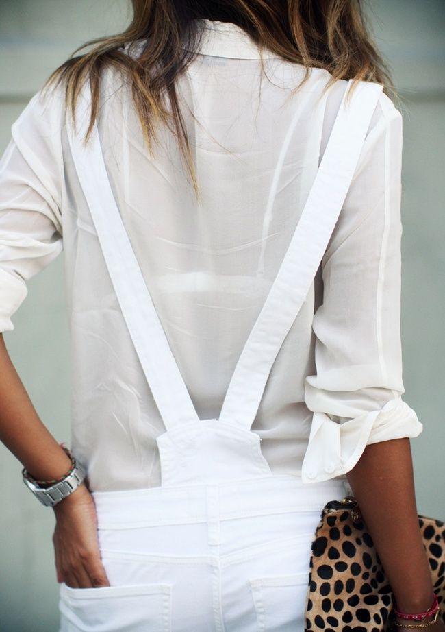 Rien de tel qu'une chemise blanche semi-translucide pour accompagner une salopette immaculée ! (Sincerely Jules)