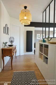 Nous avons rénové et surtout modernisé cet appartement en ouvrant la cuisine sur le salon, et en créant une décoration chic et chaleureuse. L'espace est aujourd'hui beaucoup plus lumineux, grâce à l'ouverture de tous les espaces, mais aussi grâce à la verrière entre la cuisine et l'entrée. Une buanderie a également été créée, et la salle de bain rénovée.