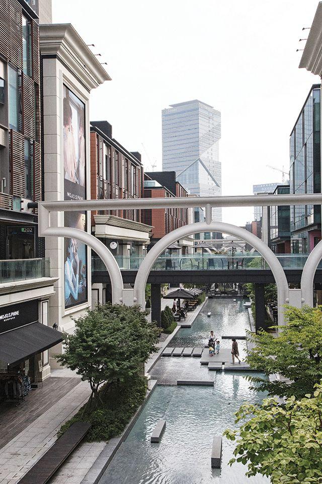 Un paseo canal en Songdo, Corea del Sur. El Songdo International Business District es una nueva ciudad inteligente construida desde cero en 600 hectáreas (1.500 acres) de terrenos ganados a lo largo de la costa de Incheon.