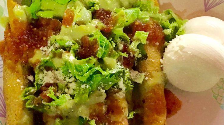 Tacos de pollo, lechuga, guacamole, salsa taquera y crema ácida