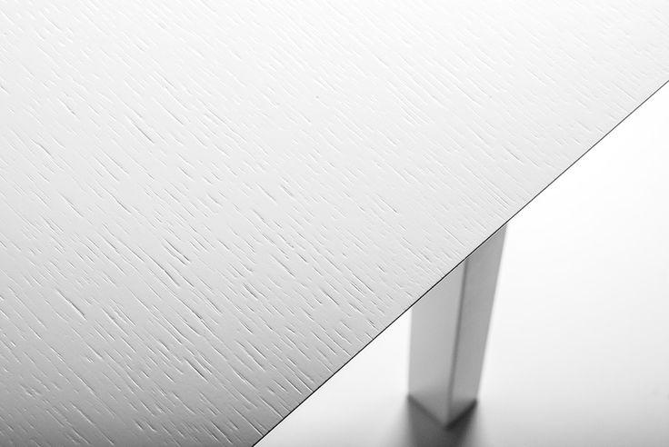 Sidni sängbord med ekfanerad top, design Björn Welander @welanderdesign