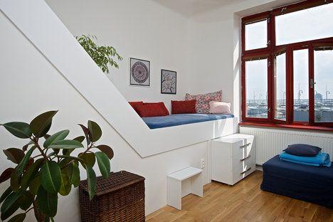 Prostor nad schodištěm využili k umístění vyvýšené postele, kde se skvěle relaxuje s knihou. Na míru ji vyrobili v Truhlářství Koupil Valšov; Archiv studia
