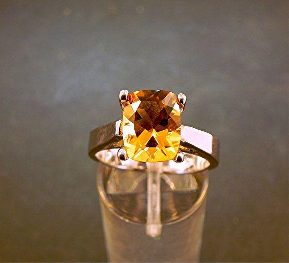 AAAA 2,67 Carat 10x8mm natuurlijke onbehandelde olden Citrien instellen in 14K wit gouden ring en beschikbaar in geel goud 1101 Dit is een prachtige AAAA rang edelsteen die is bijna vlekkeloos met geen zichtbare insluitsels. Levendige kleuren zoals afgebeeld. Deze kleur is de uiteindelijke kleur. Dit is een natuurlijke edelsteen. Een grote kussen gesneden edelsteen. Groot knippen en schittering. Houd er rekening mee dat geen kwestie hoe goed ik probeer, ik nooit de ware schoonheid van deze…