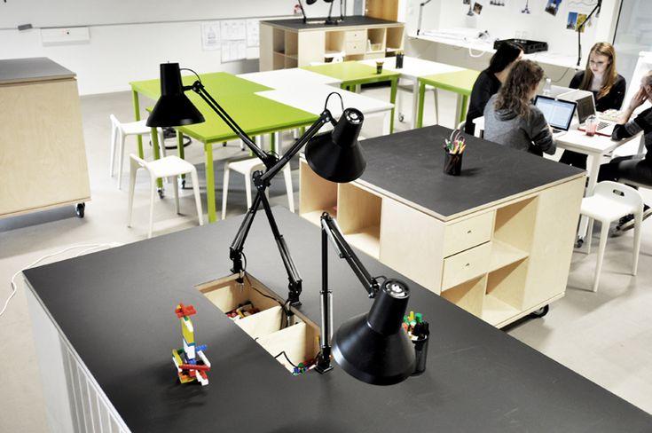 De specialdesignede værkstedsborde er behandlet med tavlelak, så de studerende kan brainstorme direkte på bordpladen.