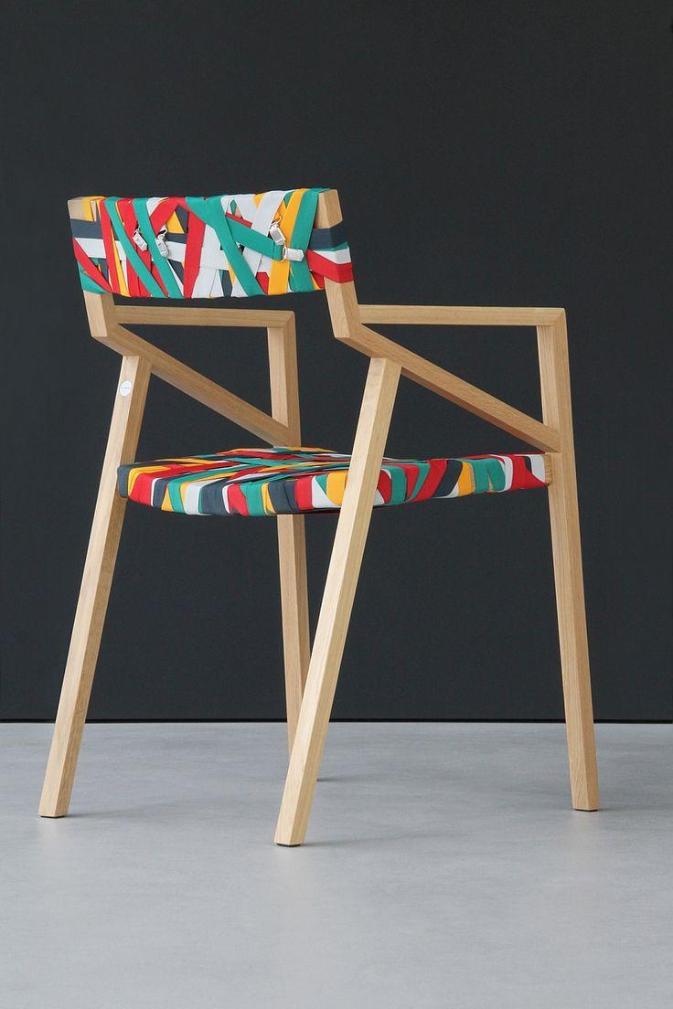 Silla minimalista con asiento y respaldo multicolor