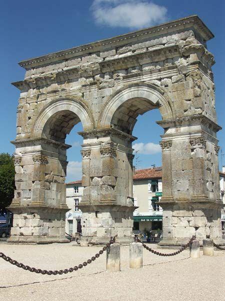 Cité gallo-romaine de Saintes, fondée quelques décennies avant le début de l'ére chretienne, la ville de Saintes a conservé de l'époque antique un patrimoine considérable. Parfaitement mis en valeur et entretenu, il témoigne du degré élevé de civilisation atteint par les hommes il y a près de deux mille ans.