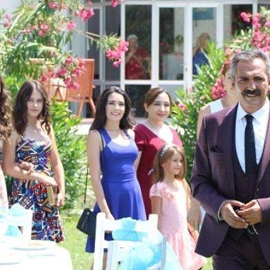 Aşk Zamanı Final Yapıyor -  Yavuz Bingöl'ün başrol oynadığı atv ekranlarının yaz dizisi Aşk Zamanı reytinglere tutunamadığı için yayından kaldırıldı. Ali Ersan Duru, Burcu Binici, Yavuz Bingöl ve Deniz Uğur'un paylaştığı yapım, beş kızını İstanbul'da zapt edemeyerek Ege'de küçük bir kasabaya yerleşen otor... -  Kaynak: http://www.dizihaberlerim.com/ask-zamani-final-yapiyor/