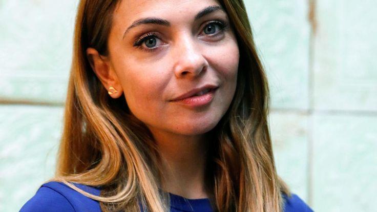 Onder andere Georgina Verbaan en Tygo Gernandt zijn te horen in de hoorspelbewerking van de roman De Belofte van Pisa van schrijver Mano Bouzamour.
