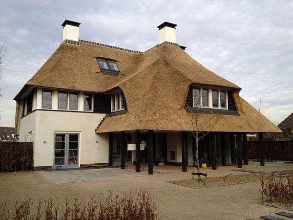 Bijzonder mooi huis met rietendak. Rietdekkersbedrijf morren staat voor alles rond een rietendak