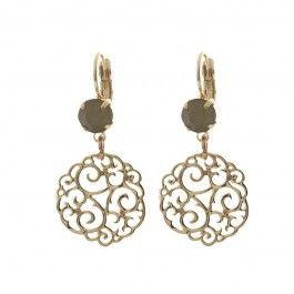 """Goudkleurige oorhanger van het merk Biba. De oorhanger heeft een Swarovski steen in de kleur """"grijs opaal""""."""