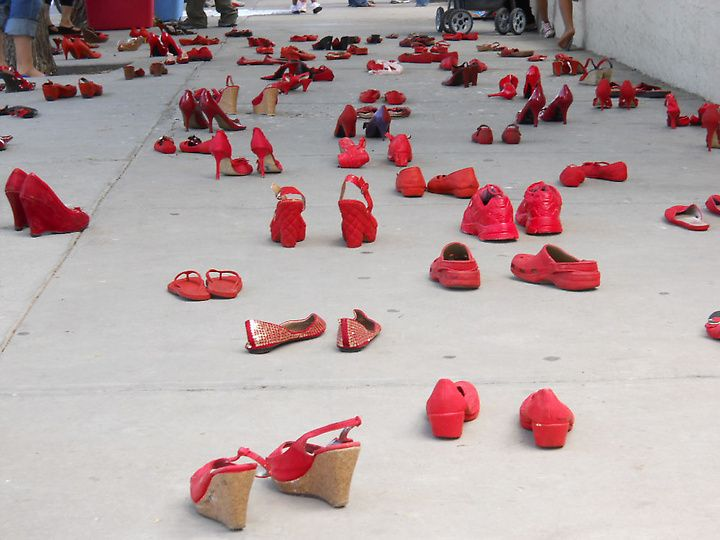 Mexican visual artist Elina Chauvet placed red shoes in front of the Mexican consulate today in El Paso as an artistic protest against violence against women in Juárez. Photo by Diana Washington Valdez / El Paso Times