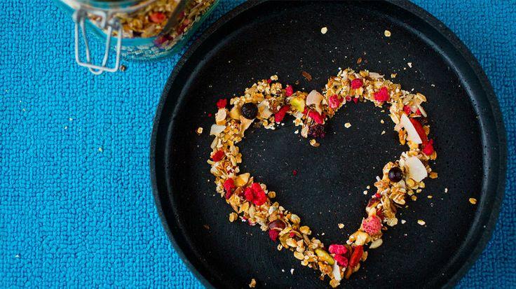 Hjemmelaget müsli med honning - Her er det bare å mikse og trikse etter egne smaker. Jeg tar utgangspunkt i en ferdig 4-korn-blanding (havre, hvete, bygg og rug), sånn for enkelhetens skyld. Solsikkefrø kan blandes eller erstattes med andre frø.    Av tørkede bær liker jeg spesielt godt bringebær og blåbær. Rosiner hører med. En ekstra håndfull gojibær er godt for helsen, og en håndfull kokosflak er bra for smaken.   Oppbevar ferdigmüsli i et stort Norgesglass.
