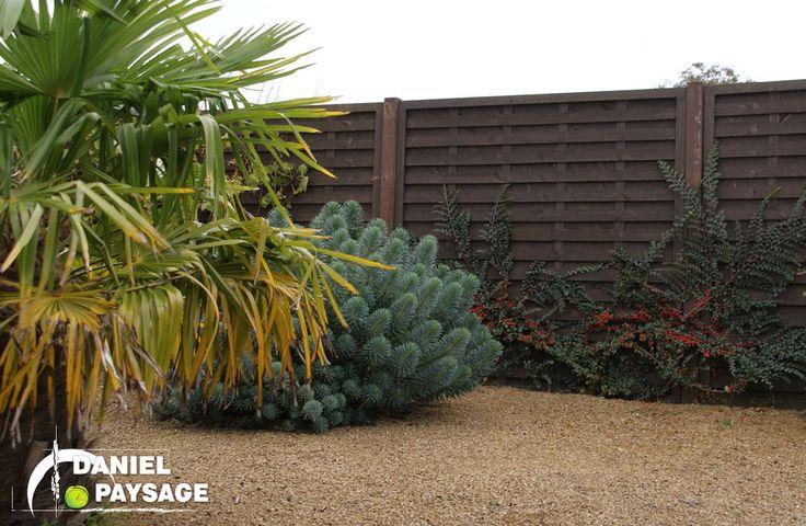 Ces panneaux en bois permettent d'être à l'abris des regards et d'y faire pousser des plantes grimpantes.