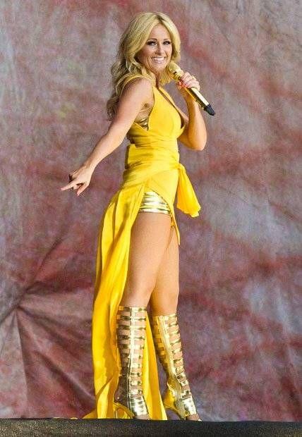 Im sexy gold-gelben Bühnenoutfit strahlt Helene Fischer bei ihrem Konzert im Berliner Olympiastadion wie eine Sonne.