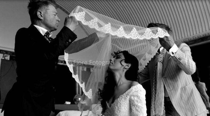 Emozioni di un matrimonio da sogno. La preparazione della sposa. Il velo nuziale.