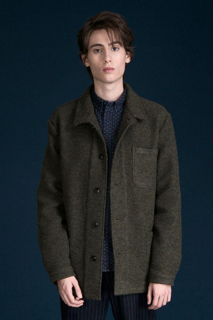 Veste en laine kaki.  2 poches plaquées, 1 poche plaquée cœur.  Fabriquée au Portugal.  100% Coton.  Attention le modèle taille grand, prendre une taille en dessous de sa taille habituelle.