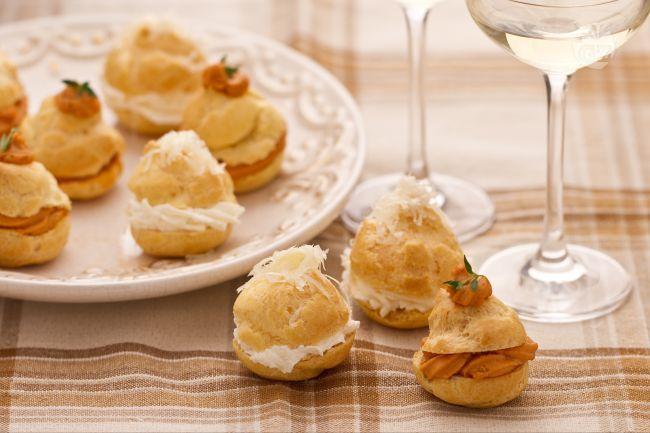I Bignè di granchio e formaggio sono uno degli antipasti più sfiziosi e gustosi per una serata raffinata o, ancora meglio, per una cenetta romantica.