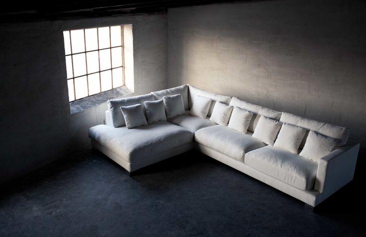 Store| Sits - Handgjorda stoppmöbler i hög kvalitet. ALASKA är en serie med mjuka och mycket bekväma vardagsrumsmöbler från Sits. Seriens kuddar till soffan är fyllda med fjädrar som förbättrar komforten och höjer mjukheten till soffan. Väljer du en klädsel i naturliga tyger eller chenilletyger kommer komforten av soffan vara ännu mer uppskattad. Soffan finns att få i flera antalet sitsar, hörnsoffa och divansoffa.