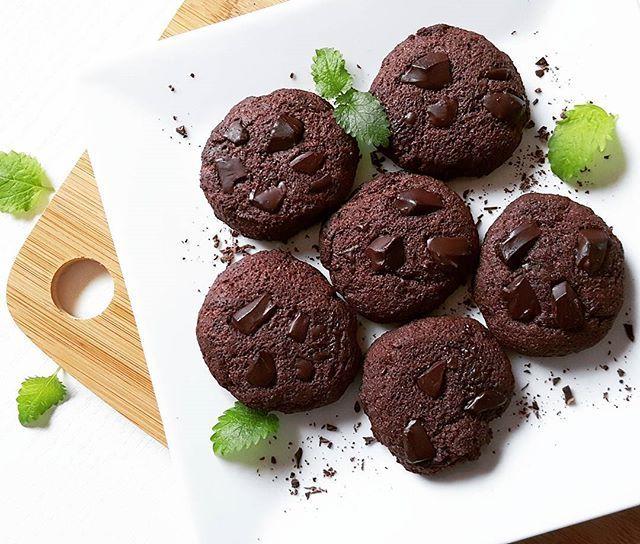 🍫 SUKKERFRIE SJOKOLADEKJEKS 🍫 Gooooood fredag dere! 😁 Ønsker helgen velkommen med disse deilige sjokoladekjeksene inspirert av  @lindastuhaug ! 🙌 Sååååååå gode! 😋😋😋 ------------------------------------------- Oppskrift på 6 kjeks: - 50 g romtemperet smør - 40 g sukrin+ - 70 g mel (jeg brukte 55 g fibra fullkornsmel og 15 g mandelmel) - 15 g kakaopulver - 1 egg - 30 g hakket sukkerfri sjokolade  Sett stekeovnen på 180°C. Visp sammen smør og sukrin. Tilsett deretter mel og kakaopulver…