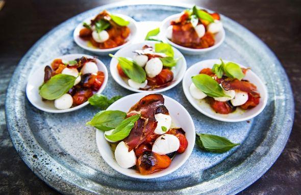 Grilled tomato and mozzarella salad, Grillattu tomaatti-mozzarellasalaatti, resepti – Ruoka.fi
