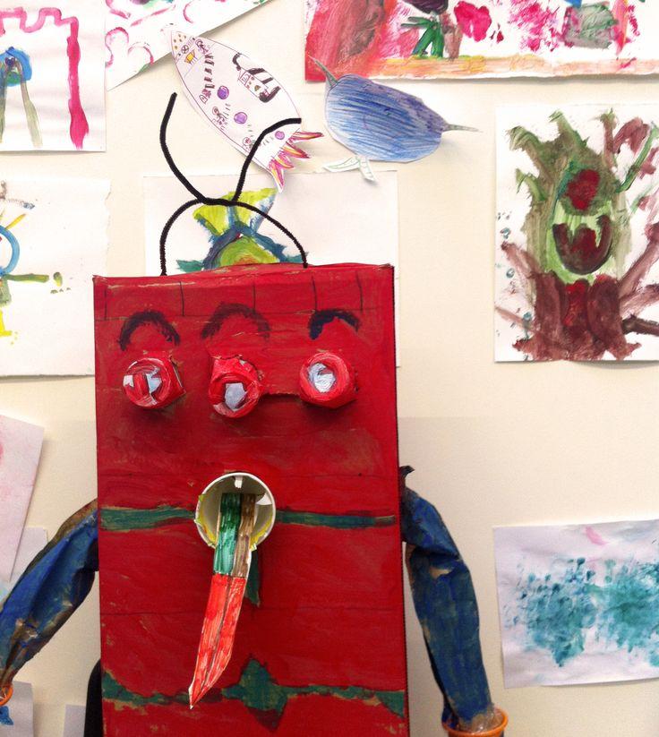 Robot hecho con cajas y vasos en la clase de Creatividad