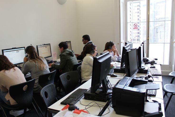 コンピューター室では新入生の皆様がレベル分けテストに臨んでいました。http://www.london-ryugaku.com/eurocentres_londoncentral/