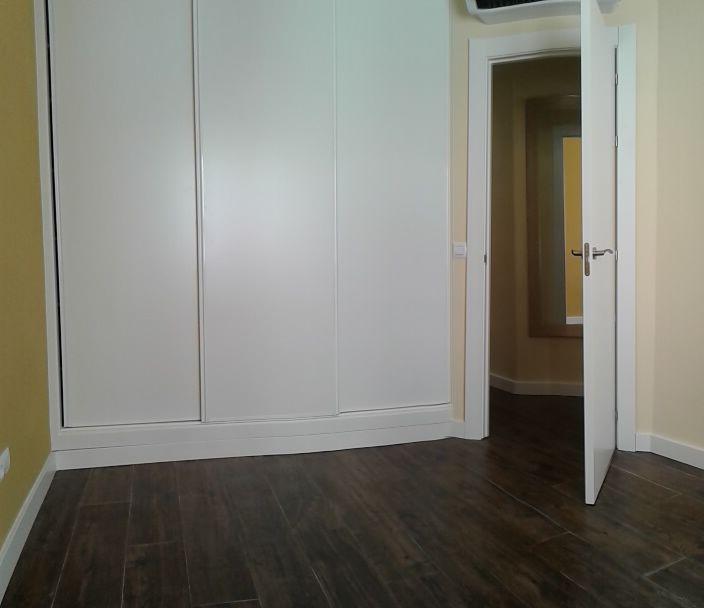 Armario puerta corredera con freno, interior en tablero color lino.