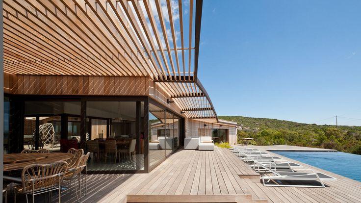 Villa d'architecte en location à Pianottoli, piscine à débordement, spa, belle vue mer, 5 chambres, située sur un terrain de plusieurs hectares à proximité des plages de Pianottoli.