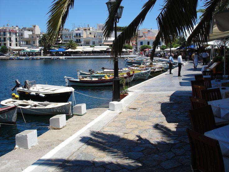 Voulismeni Meer, het meertje bij de haven van Agios Nikolaos. Eromheen zijn gezellige terrasjes te vinden. Agios Nikolaos is een kleine stad waar je rustig de tijd kan nemen om het te verkennen, in tegenstelling tot Chersonissos, Platanias en Malia heeft het geen extreem wild nachtleven.