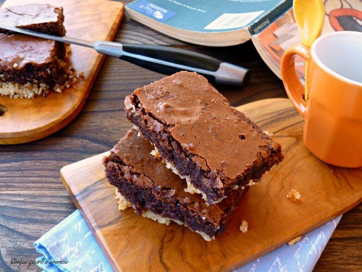 Latorta cioccolato e cocco è un'insolita torta, davvero molto golosa e particolare, formata da una base croccante e da uno strato cioccolatoso che ricorda