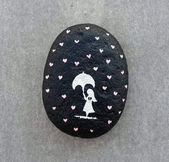Piedra pintada bajo la lluvia de amor por StoneLetters en Etsy                                                                                                                                                     Más