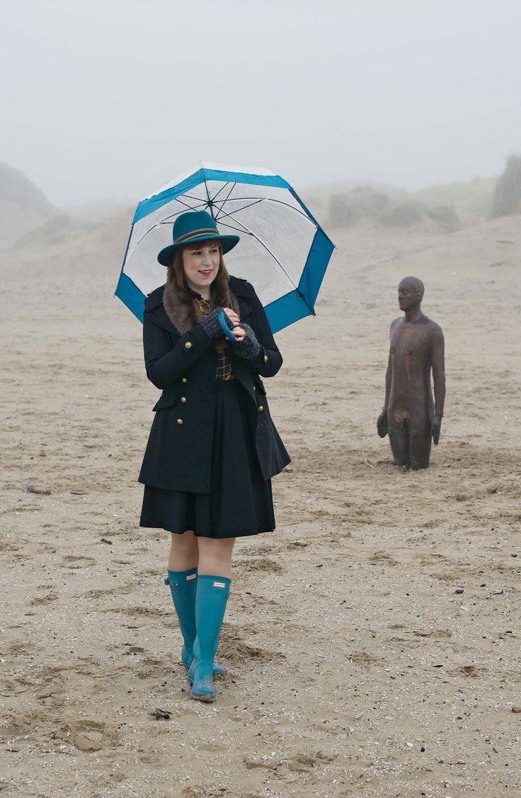 Am Strand: Klassischer Britstyle mit Hunter Stiefeln und passendem Schirm
