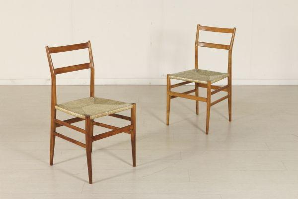 Coppia di sedie; legno di frassino, sedile impagliato. Buone condizioni, presentano piccoli segni di usura.